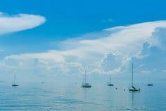 在湖的许多小船有美丽的云彩的 免版税库存图片