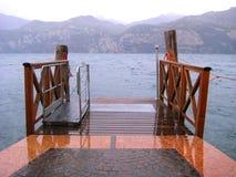 在湖的走道 免版税库存图片