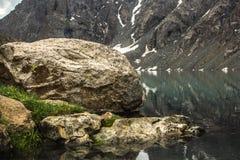 在湖的边的大石机智gtass 免版税图库摄影