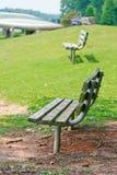 在湖的边的长凳 免版税库存图片