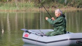 在湖的退休的渔夫渔 股票视频