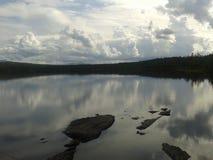 在湖的重的云彩 免版税库存图片