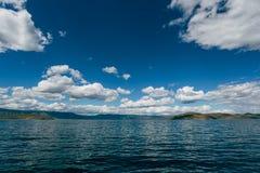 在湖的重的云彩 免版税图库摄影