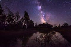 在湖的银河 免版税库存照片