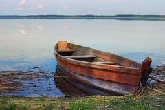 在湖的银行的一个木渔船 春天风景照片 湖Svityaz Volyn地区 乌克兰 库存图片