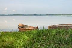 在湖的银行的两个木渔船 春天风景照片 湖Svityaz Volyn地区 乌克兰 免版税库存图片
