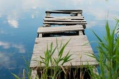 在湖的银行的老停泊 库存照片