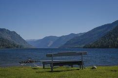 在湖的长凳 库存图片