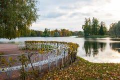 在湖的长凳 库存照片