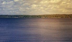在湖的阴暗秋天天 自然秋天风景 免版税库存图片