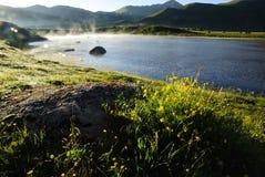 在湖的雾 免版税库存图片