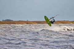 在湖的风帆冲浪的跃迁 库存图片