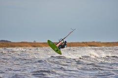 在湖的风帆冲浪的跃迁 免版税库存图片