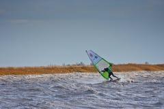 在湖的风帆冲浪的frontloop 免版税库存照片