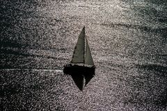 在湖的风船 有风帆的一条小船在一大水reservo 免版税库存图片
