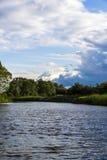 在湖的风雨如磐的天空 免版税库存照片