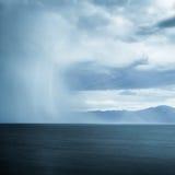 在湖的风暴 免版税库存照片