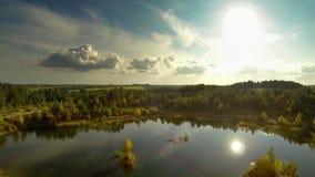 在湖的飞行在秋天 对南部的视图 股票视频