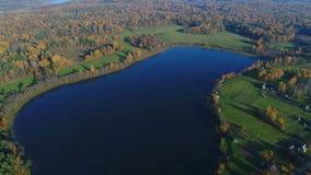 在湖的飞行,10月天 普斯克夫地区,俄罗斯空中录影 股票录像