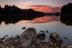在湖的饱和的红色日出 免版税库存图片