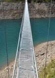 在湖的高山人行桥 免版税图库摄影