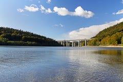 在湖的高速公路桥梁 免版税库存照片