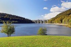 在湖的高速公路桥梁 库存图片