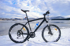 在湖的登山车 冬天 免版税库存照片