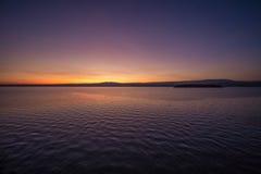 在湖的黎明前光 免版税库存照片
