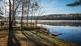 在湖的10月上旬早晨在乔克里弗 免版税库存照片
