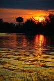 在湖的绯红色日落 库存照片