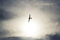 在湖的滑翔机飞行 免版税库存图片