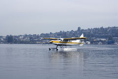 在湖的Floatplane着陆 免版税库存图片