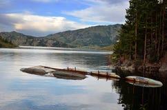 在湖的Idillic早晨 免版税库存照片