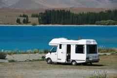 在湖的Motorhome 库存照片