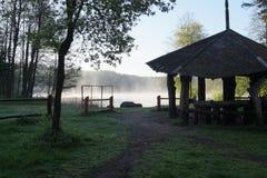 在湖的Summerhouse 库存照片