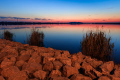 在湖的Sunet 图库摄影