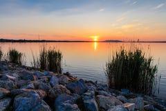 在湖的Sunet 免版税库存图片