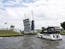在湖的Yaught在弗里斯的荷兰省的斯内克附近在操作附近的 免版税库存照片