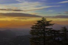 在湖科莫,科莫,意大利的灼烧的天空 免版税库存照片