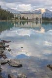 在湖端的旅馆 图库摄影