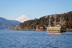 在湖箱根的一艘海盗船 免版税库存图片