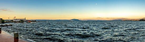 在湖罗托路亚的浪潮起伏的水 库存照片