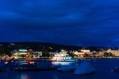 在湖苏黎世的大巡航小船在与大海和光的晚上 库存图片