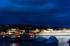 在湖苏黎世的大巡航小船在与大海和光的晚上 库存照片