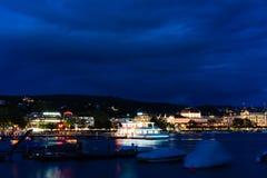 在湖苏黎世的大巡航小船在与大海和光的晚上 图库摄影