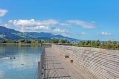 在湖苏黎世的木步行桥 免版税库存图片