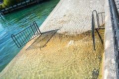 在湖苏黎世的游泳入口有门的 免版税库存图片