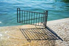 在湖苏黎世的游泳入口有门的 库存图片