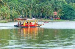 在湖莎阿南马来西亚的游览小船 免版税库存图片